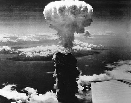Ketika Personel K-Pop Memakai Kaos Bergambar Bom Nagasaki
