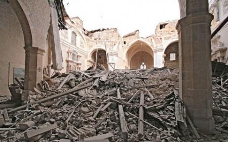 LAquila-una-chiesa-distrutta-dopo-il-terremoto-del-2009-480x300