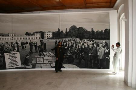 foto, davanti all'opera di Goshka Macuga