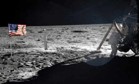 neil_armstrong_on_moon