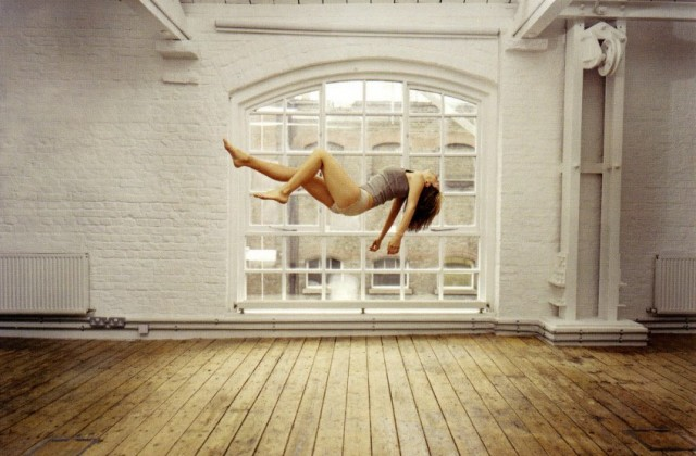 sam_taylor_wood_self_portrait_suspended-2004-5