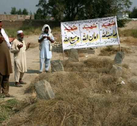 Nader Shah e Qasim Hazrat Khan pregano sulle tombe dei martiri