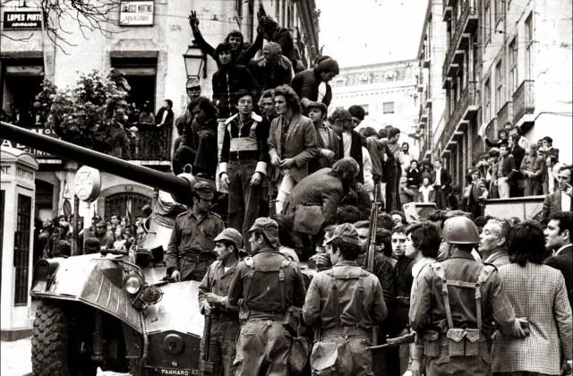 Tanque com militares e populares no 25 Abril