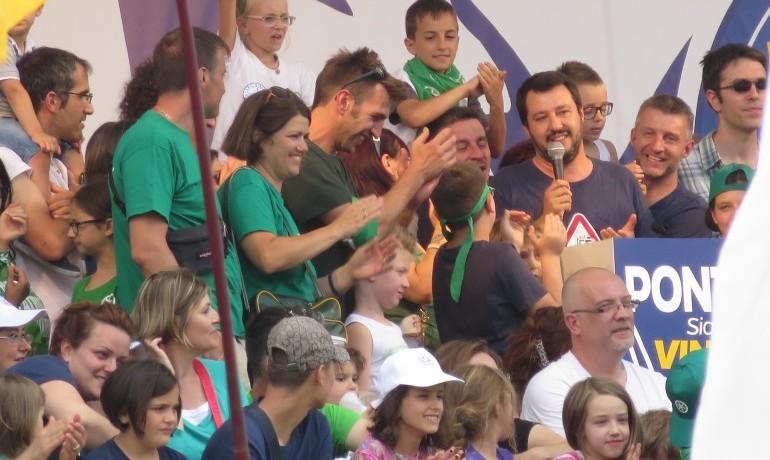 Matteo-Salvini-Pontida-bambini-770x577
