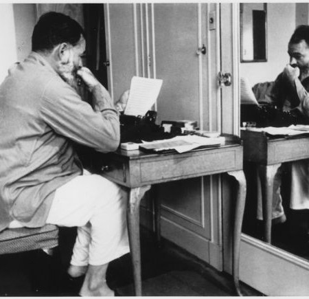 Ernest_Hemingway_in_London_at_Dorchester_Hotel_1944_-_NARA_-_192672
