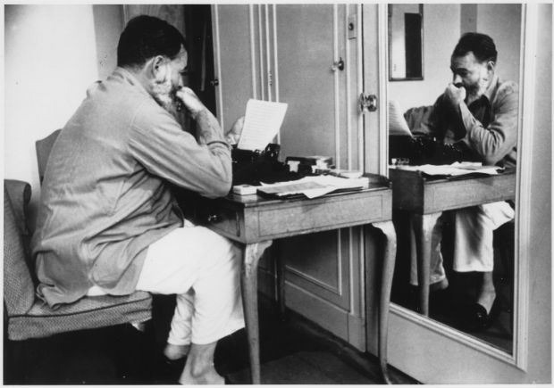 Ernest_Hemingway_in_London_at_Dorchester_Hotel_1944_-_NARA_-_192672