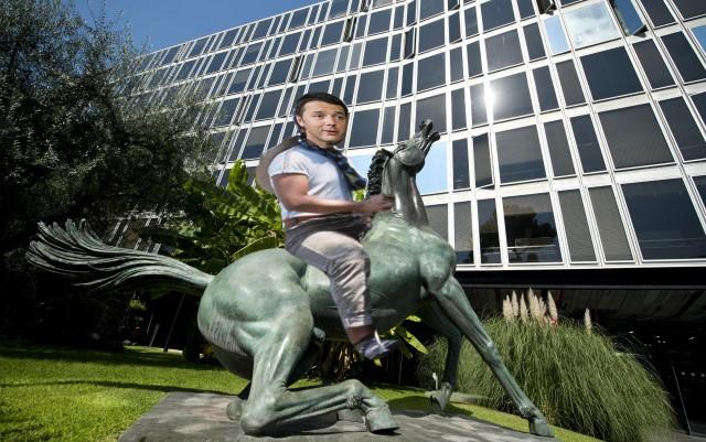 La statua del ''Cavallo morente '' di Francesco Messina, esposta all'ingresso della sede Rai di viale Mazzini a Roma, in una foto d'archivio. ANSA / GUIDO MONTANI