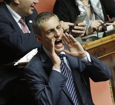 Alberto Airola (urla verso il senatore PD Chiti) in Senato durante le votazioni emendamenti alla Riforma Costituzionale, Roma 1 Ottobre 2015. ANSA/GIUSEPPE LAMI