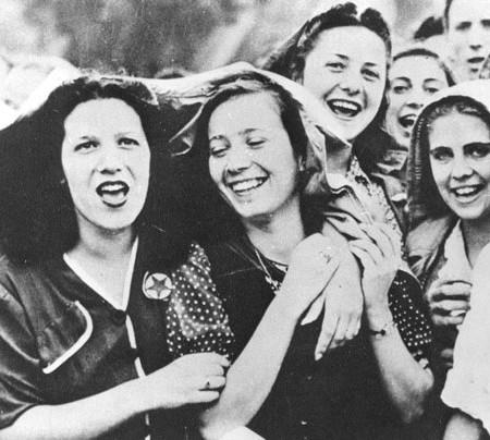 01-00074537000064 - 25 APRILE 1945 LA LIBERAZIONE - SECONDA GUERRA MONDIALE - CANTO FESTOSO DI UN GRUPPO DI PARTIGIANE FIORENTINE DOPO LA LIBERZIONE DELLA CITTA' .