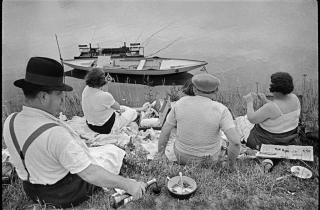 1_Henri Cartier-Bresson-Magnum Photos, Domenica sulla riva della Senna (1938)