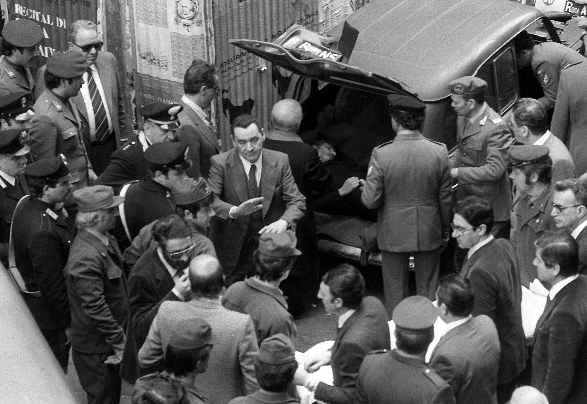 2_Il cadavere di Aldo Moro ritrovato in via Caetani a Roma, 9 maggio 1978