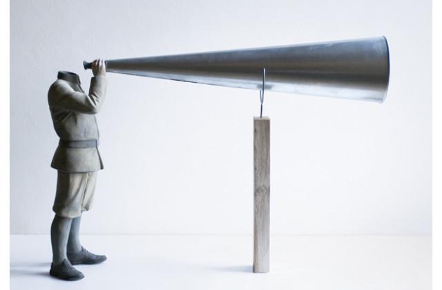 Daniele Franzella, L'homme armé, terracotta policroma e alpacca, 2013, 70 x 55 x 20. Collezione privata