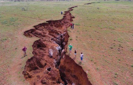 giant-crack-sinkhole-northern-cape-south-africa